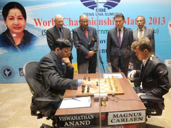 Anand y Carlsen dureante la cuarta partida. Foto: EFE