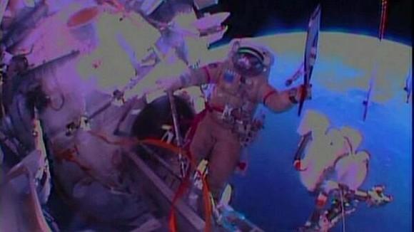 Los cosmonautas rusos Oleg Kótov y Serguéi Riazanski, dos de los tripulantes de la Estación Espacial Internacional (EEI), realizaron hoy una caminata espacial en la que llevaron consigo la antorcha olímpica de los Juegos de Invierno de Sochi 2014. Kótov, con la antorcha sin encender en su mano, y Riazanski salieron al espacio exterior a las 14.34 GMT a través de la escotilla del puerto de enganche Pirs.  La antorcha olímpica estuvo alrededor de una hora fuera de la plataforma orbital, tiempo durante el que los dos cosmonautas se desplazaron con ella por el casco de la estación y se intercambiaron el símbolo olímpico entre ellos, imitando un verdadero relevo, pero en el espacio.