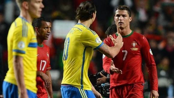 Cristiano saluda a Ibrahimovic tras el partido. Foto: AFP.