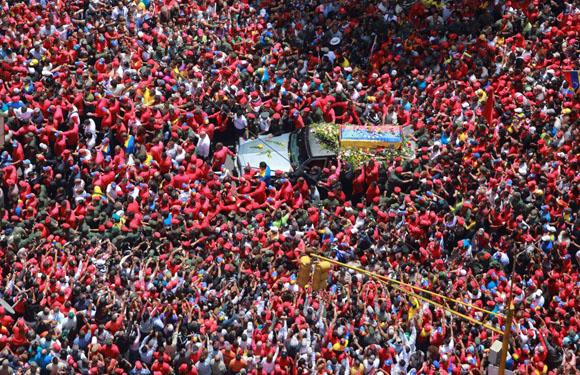 Caracas, Venezuela, 6 de marzo de 2013. Una multitud rodea el coche fúnebre del presidente de Venezuela Hugo Chavez por las calles de Caracas. Foto: Oficina Presidencial.