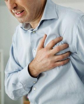 Récord por el número de ataques al corazón. En diciembre de 2005, Leslie Hackwell –un hombre de 49 años que no bebía, ni fumaba- sufrió 32 ataques al corazón durante 20 minutos. Después de dos primeros ataques, los médicos le administraron un medicamento que impide la coagulación de la sangre, lo que provocó en seguida una ráfaga de ataques al corazón: el fármaco inició la apertura y cierre de la arteria, lo que afectó a la alteración del ritmo cardíaco. Los médicos después de cada ataque tuvieron que para revivir al paciente.