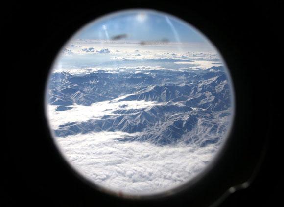 Las montañas de Afganistán vistas a través de la ventana de un avión militar camino a la base aérea de Kandahar, capital de la provincia de Kandajar. Foto: MARK WILSON (AP)