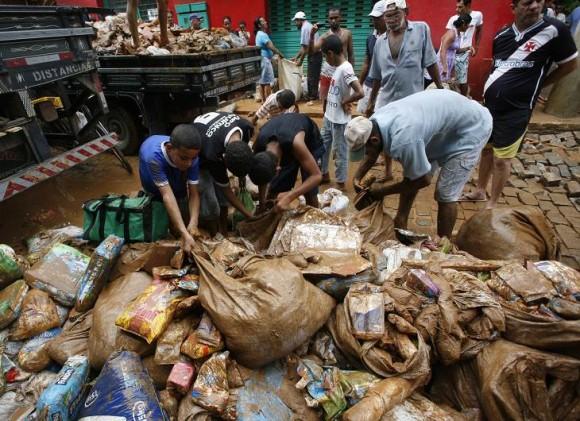 Defensa Civil informó que 24 ciudades de Minas Gerais declararon el estado de emergencia o de calamidad pública para facilitar, principalmente, el envío de ayuda a las cuatro mil 150 personas desalojadas de sus viviendas. Foto: AP.