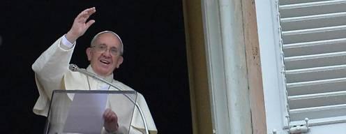 El Papa Francisco saluda a los fieles antes de oficiar el rezo del Ángelus desde un balcón de su apartamento sobre la Plaza de San Pedro del Vaticano. Foto: EFE.