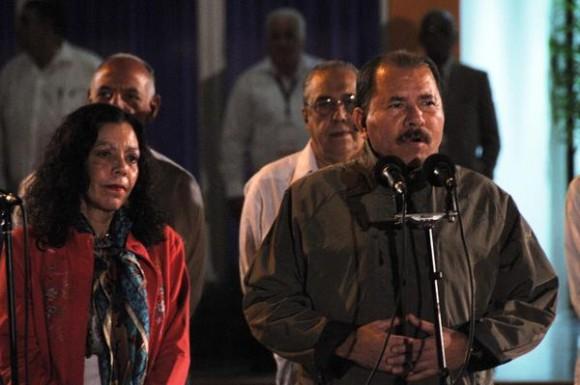 Daniel Ortega (D), Presidente de la República de Nicaragua, ofrece declaraciones a la prensa, a su llegada al Aeropuerto Internacional José Martí, en La Habana, Cuba, el 27 de enero de 2014, para participar en la II Cumbre de la Comunidad de Estados Latinoamericanos y Caribeños (Celac).  AIN FOTO/Omara GARCÍA MEDEROS/
