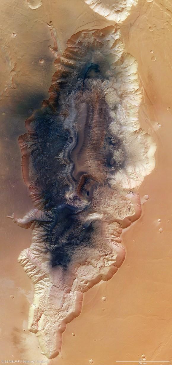 Marte é um mundo de extremos.  Mesmo um canhão de médio porte chamado Hebes Chasma em Marte classificaria entre as maiores na Terra.  Imagine a vista da borda.  Imagem: ESA / DLR / FU Berlin (G. Neukum