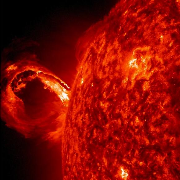 Uma explosão de superfície do sol cria uma onda de plasma quente.  O evento desencadeia toneladas de partículas energéticas no espaço, que neste caso é dirigida a uma distância segura da Terra.  Imagem: NASA / Goddard / SDO