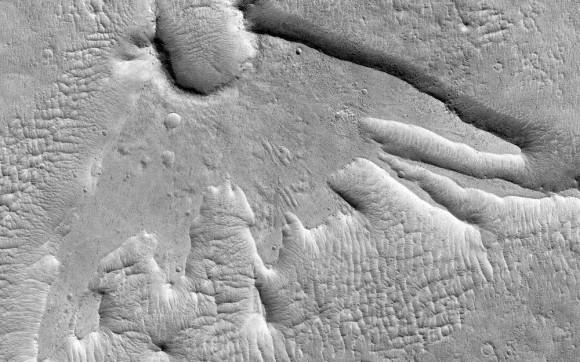 É um pássaro!  É um avião!  É um efeito de baixo ângulo de um asteróide ou cometa em Marte!  A trilha foi espetacular quando a cratera formada é uma coisa de beleza por si só.  Mas o fato de que ele se parece com uma espécie de criatura mística é apenas um valor agregado.Imagen: NASA / JPL / University of Arizona