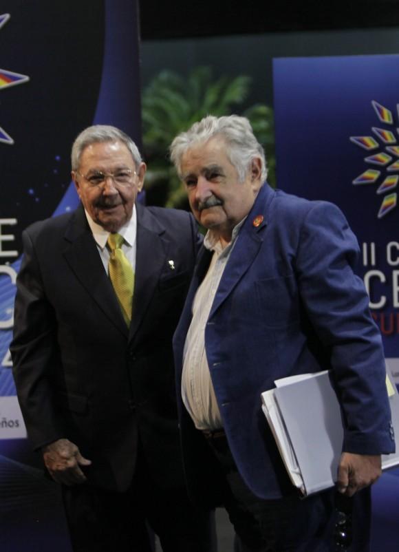 Raúl Castro y José Mujica, Presidente de Uruguay, en el recibimiento a mandatarios de CELAC. Foto: Ismael Francisco/Cubadebate