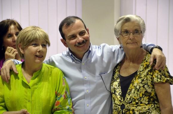 Fernando junto a su esposa y su madre en tierra patria. Foto: Estudios Revolución