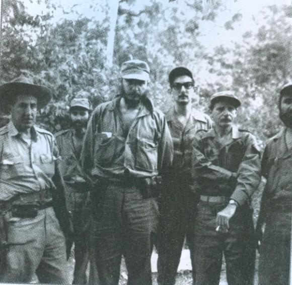 En la Comandancia de la Sierra Maestra. En el centro el Comandante en Jefe Fidel Castro y a su izquierda, con espejuelos, Julio Camacho Aguilera.Archivo de  Juventud Rebelde