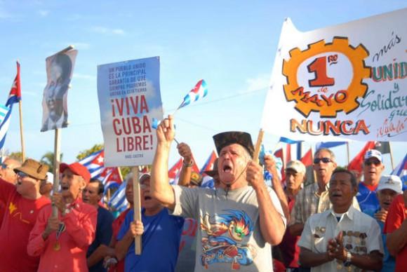 Cienfuegueros desfilan en saludo al Día Internacional de los Trabajadores, Cuba, el 1ro de mayo de 2014.   AIN  FOTO/Modesto GUTIÉRREZ CABO