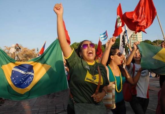Estudiantes extranjeros, durante el desfile por el Día del Proletariado Mundial, en la Plaza de la Revolución Ignacio Agramonte, en Camagüey, el 1 de mayo de 2014. AIN FOTO/ Rodolfo BLANCO CUE