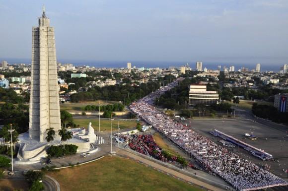 Multitudinario desfile de este 1 de Mayo. Foto. Roberto Garaicoa Martinez/Cubadebate