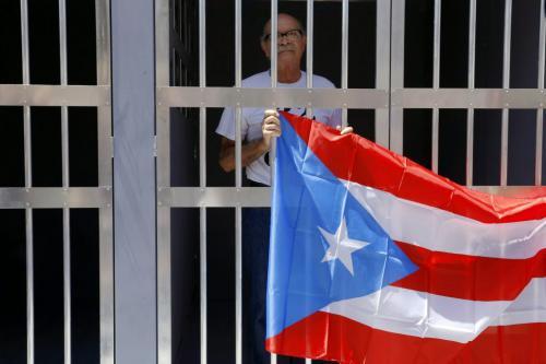 Oscar López Rivera, en la cárcel, con la bandera de Puerto Rico.