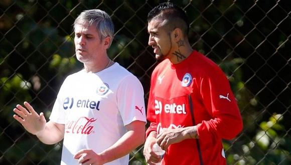 El jugador de la selección nacional de Chile Arturo Vidal habla con el fisioterapeuta cubano José Amador durante el entrenamiento. FOTO: EFE
