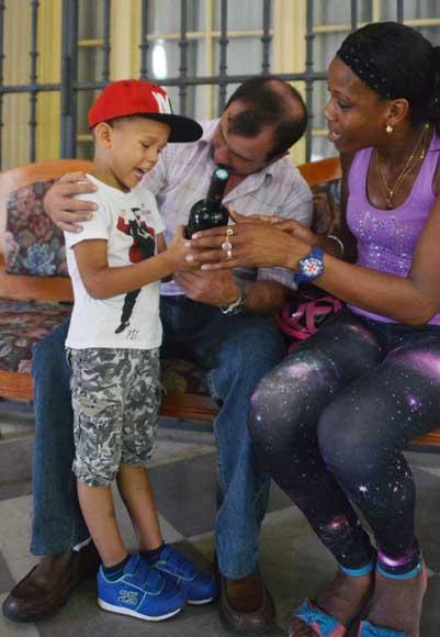 El pequeño Leandro junto a su mamá y su padrino Fernando.