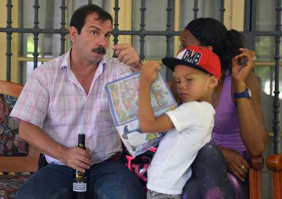 El pequeño Leandro junto a su padrino Fernando.