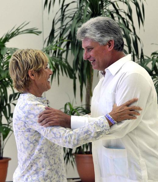 Miguel Díaz-Canel (D), miembro del Buró Político del Partido Comunista de Cuba y primer vicepresidente de los Consejos de Estado y de Ministros, felicita a Diana Nyad, después de recibir la Orden al Mérito Deportivo, concedida por el Consejo de Estado de la República de Cuba, Nyad es la primera persona que logró cruzar a nado el Estrecho de la Florida, en La Habana, el 30 de agosto de 2014. Foto: Marcelino VAZQUEZ HERNANDEZ