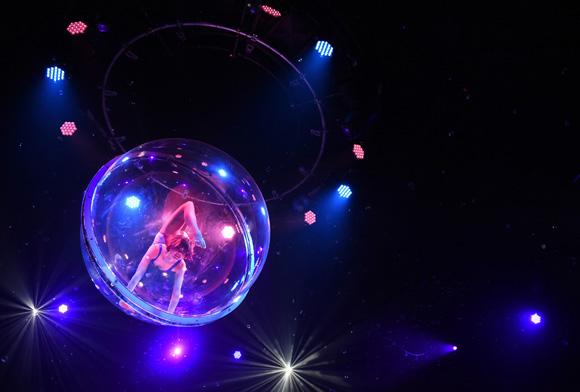 Durante la presentación del circo Empire, una bailarina realiza su rutina dentro de una burbuja. Foto:  Toru Yamanaka/AFP.