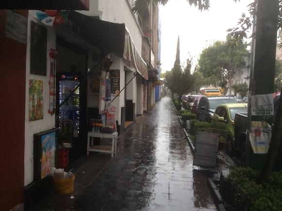 La calle Abraham González, casi esquina a Morales, en Ciudad México, donde asesinaron a Julio Antonio Mella. La foto está tomada desde el lugar en que cayó abatido el líder comunista cubano, el 10 de enero de 1929.