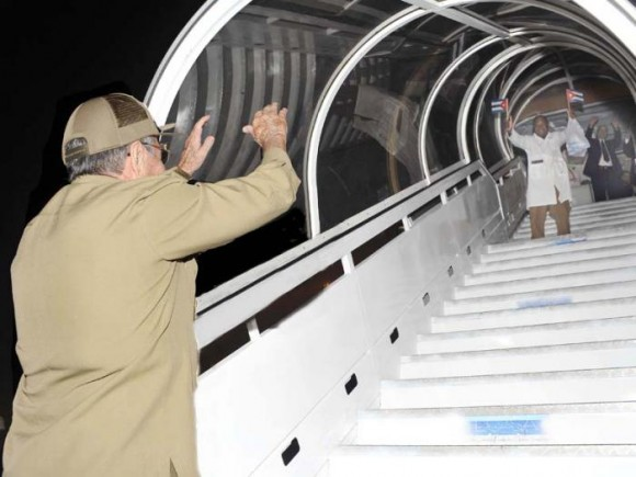Raúl despide a cooperantes en la lucha contra el ébola 2, 21 de octubre de 2014 Foto Estudio Revolución