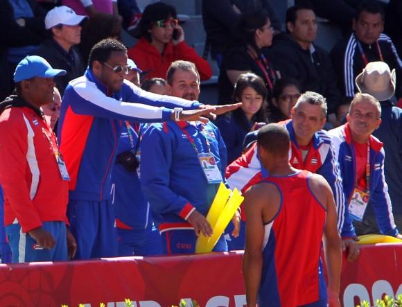 Javier Sotomayor aconseja a Sergio Mestre quien gana medalla de Oro en Salto de Altura, con registro de 2,26 mts. Foto: Ismael Francisco/Cubadebate.