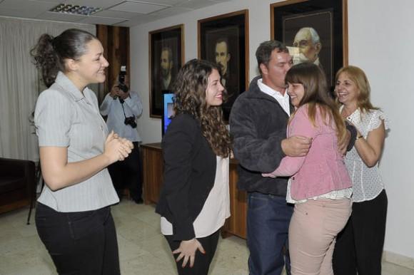 Nuestro héroe Ramón Labañino(C), con su esposa Elisabeth, y sus hijas,  a su arrivo a la patría, en La Habana, el 17 de diciembre de 2014.    AIN  FOTO/ Estudios Revolución/