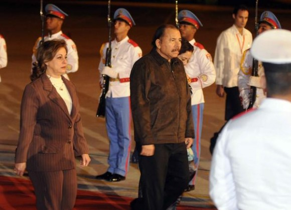 """Daniel Ortega Saavedra (CD), Presidente de la República de Nicaragua, fue recibido por María Esther Reus (I), a su llegada al aeropuerto internacional """"José Martí"""", para participar en la XIII Cumbre ALBA-TCP, en La Habana, Cuba, el 13 de diciembre de. AIN FOTO/Abel PADRÓN PADILLA"""