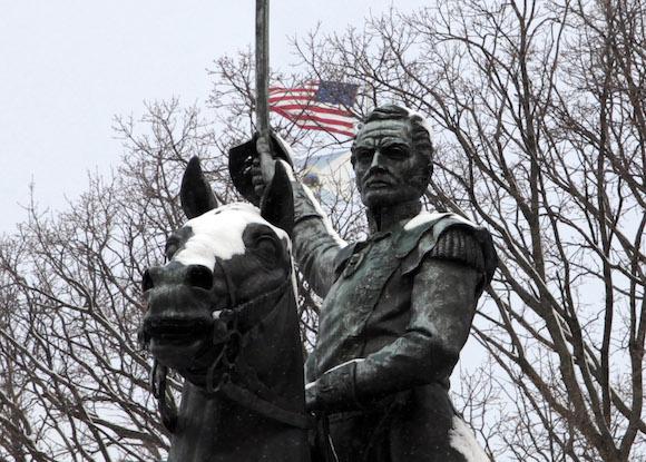 Un detalle del monumento a Bolívar frente al edificio del Departamento del Interior, en Washington, donde ondea la bandera de EEUU. Foto: ismael Francisco/ Cubadebate