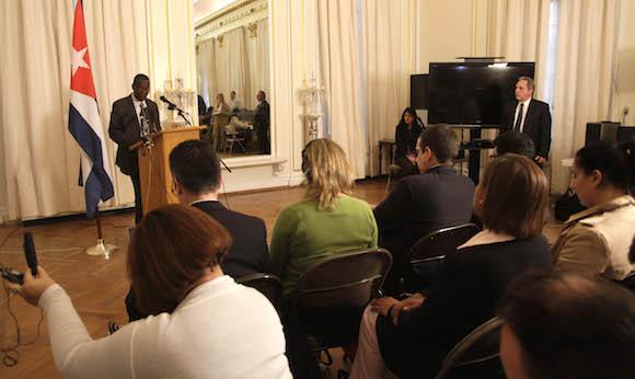 Pedro Luis Pedroso, subdirector general de Asuntos Multiraterales y de Derecho Internacional de la Cancillería cubana en rueda de prensa en la Misión diplomática de Cuba en Washington. Foto: Ismael Francisco/Cubadebate.