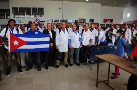 El aeropuerto de Freetown, capital de Sierra Leona, se llenó de sonrisas y abrazos cuando después de casi seis meses de lucha contra el virus del Ébola, los médicos y enfermeros cubanos emprendieron el viaje de regreso a la Patria. Foto: Enrique Ubieta/ Granma