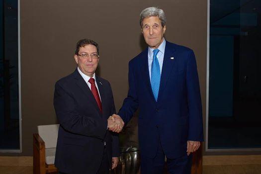 El Canciller cubano Bruno Rodríguez y el Secretario de Estado norteamericano John Kerry se reunieron esta noche en Panamá. Foto: Twitter del Departamento de Estado