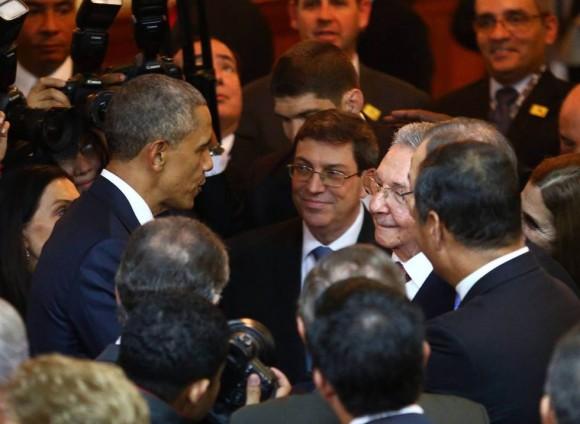 Raúl y Obama saludo en Panamá. Foto : AFP
