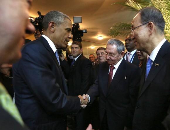 Raúl y Obama saludo en Panamá. Foto:AFP