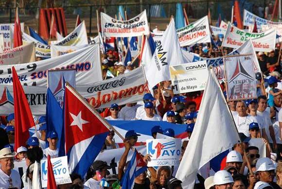 Desfile por el Primero de Mayo, en la Plaza de la Revolución Mayor General Calixto García Iñiguez, de la ciudad de Holguín. Foto: AIN