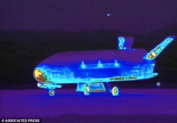 El X-37B en una imagen infrarroja capturada en la Base Aérea de Vandenberg. Foto: AP