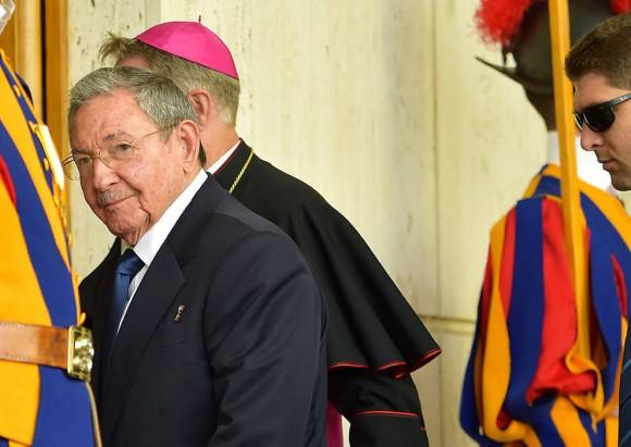 Raúl entrando al encuentro con el Papa. Foto: AFP