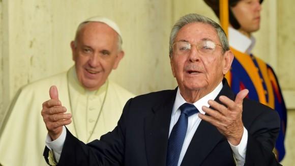 Raúl se dirige a la Prensa a la salida del encuentro con el Papa. Foto AFP