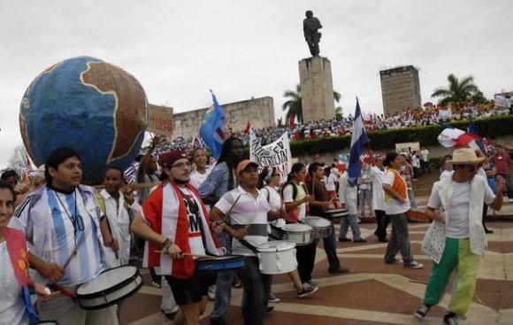 Estudiantes latinoamericanos desfilan a ritmo de la murga en el Día Internacional de los Trabajadores, en la plaza Ernesto Che Guevara,  en Santa Clara, provincia Villa Clara, Cuba, el 1ro. de mayo  de 2015.   AIN  FOTO/Arelys María ECHEVARRÍA RODRÍGUEZ