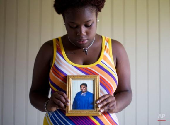 """Najee Washington sostiene una foto de su abuela Ethel Lance, una de las nueve personas que murió en el tiroteo del miércoles, mientras posa para un retrato fuera de su casa. Ella """"se preocupaba por todo el mundo . Se encargó de personas. """"Eso es lo que era y eso es lo que siempre será."""". Foto: David Goldman/ AP"""