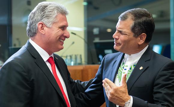 El presidente de Ecuador, Rafael Correa, a la derecha, habla con el Primer Vicepresidente de Cuba Miguel Díaz-Canel Bermúdez, durante una mesa redonda en la Cumbre UE-CELAC en Bruselas el miércoles 10 de junio de 2015. Foto: Geert Vanden Wijngaert/ AP