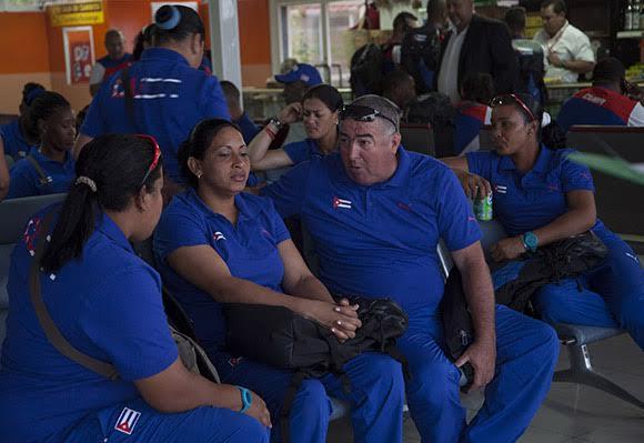 El director técnico Indalecio Alejandrez conversa con jugadoras de la selección nacional de softball.  Foto: Ismael Francisco.