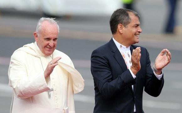 El presidente de Ecuador, Rafael Correa, recibió este domingo al Papa Francisco en el Aeropuerto Internacional de Quito. Foto: Ap