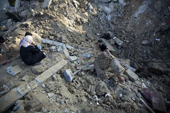 Un hombre palestino busca entre los resto de su casa tras un ataque en Beit Hanu, al norte de Gaza, 9 de julio de 2014. Foto: AFP.