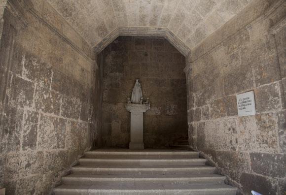 """""""A la izquierda de la entrada principal estaba la ancha escalera"""", escribió Cirilo Villaverde en su """"Cecilia Valdes"""". Lo recuerda la placa que está a la derecha de la escalera, en el antiguo Colegio de San Carlos y San Ambrosio. Foto: Ismael Francisco/ Cubadebate"""