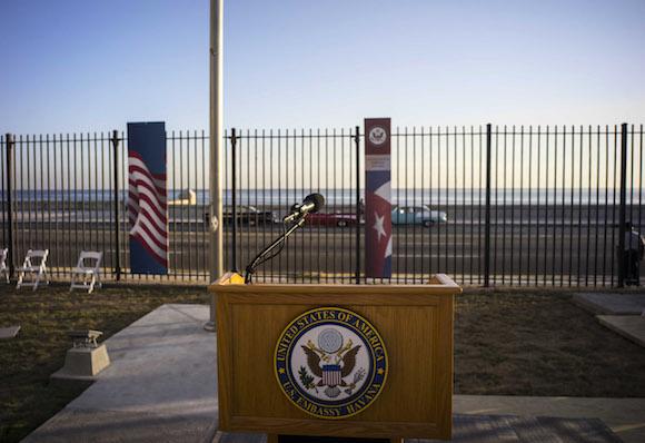 El podio en la Embajada de los EEUU, donde hablaría el Secretario de Estado John Kerry. Foto: Ramón Espinosa/ AP