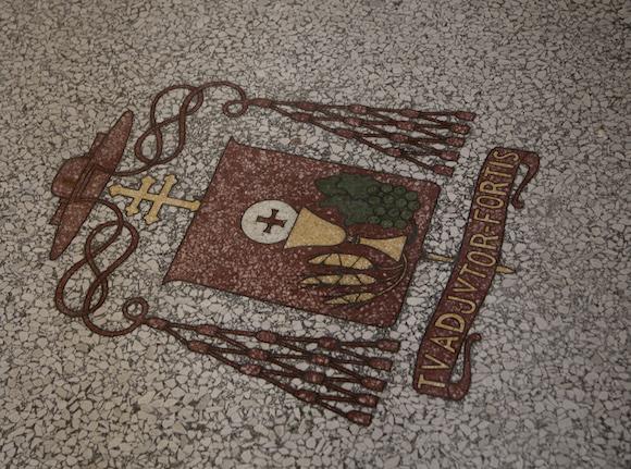 En la losa del antiguo Seminario de San Carlos y San Ambrosio, se conserva el escudo de Monseñor Manuel Arteaga, el primer Cardenal que tuvo Cuba y uno de los primeros en América Latina y el Caribe. Foto: Ismael Francisco/ Cuba
