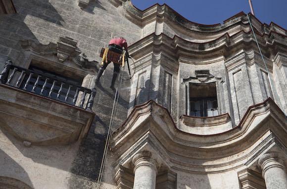 Frontón del antiguo Seminario San Carlos y San Ambrosio de La Habana. Foto: Ismael Francisco/ Cubadebate