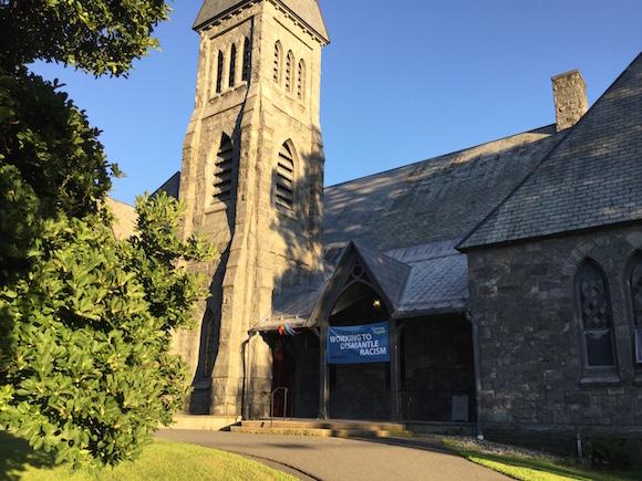 La Iglesia Unitaria Universalista, que frecuentaban en su tiempo escritores como Emerson o Thoureau, y a cuya tradición se unió Emily Dickinson, en Amherst. Es una institución progresista. Esta semana tenía un cartel que anunciaba.